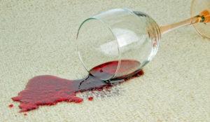 Rotweinfleck von Teppich entfernen
